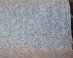Hvid bund, lyseblå smalle blade