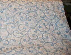 Hvid bund, lyseblå cirkler, bladmønster