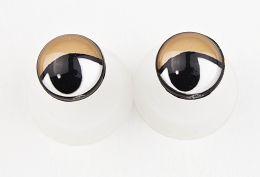 Øjne med brune øjenlåg