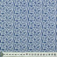 Hvidt tre-bladsmønster på blåt.